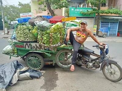 Ấm lòng xe rau miễn phí dành cho người nghèo và sinh viên của người đàn ông xăm trổ
