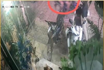 Clip: Đứng trước nhà nghe điện thoại, cô gái bị 2 đối tượng cướp túi xách chứa 50 triệu đồng