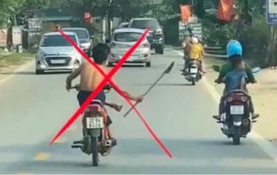 Xác định danh tính nam thiếu niên điều khiển xe máy bằng chân, tay cầm dao phóng lợn