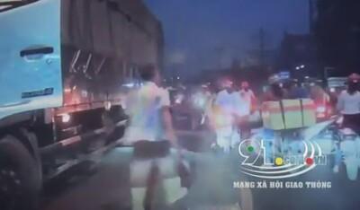 Clip: Tài xế ô tô tải dừng giữa đường, cầm dao dằn mặt nam thanh niên ném đá vào xe