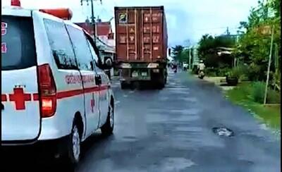 Clip: Mặc xe cứu thương hú còi xin vượt, tài xế container nhất quyết chèn ép gần 10km