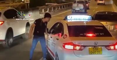 CLIP: Người đàn ông chạy xe con chặn đầu xe taxi, hùng hổ lao xuống dằn mặt tài xế ngay trên cao tốc