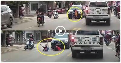 Clip: Dắt tay nhau chạy băng qua đường, 2 bé gái bị ô tô tông trúng