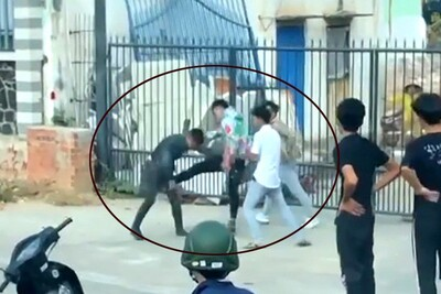 Clip: Nam thanh niên bị đánh hội đồng, đấm đá túi bụi trên đường sau va chạm giao thông