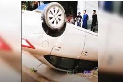 Clip: Ô tô nằm 'phơi bụng' trên vỉa hè, tài xế thương nặng