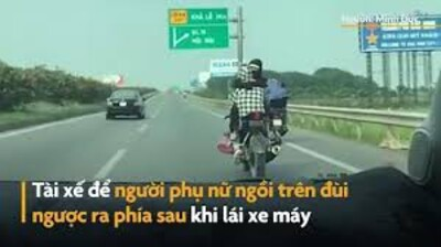 Người phụ nữ ngồi trên đùi tài xế môtô