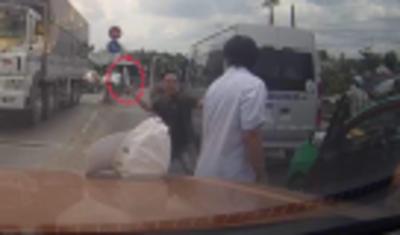 Clip: Xin vượt bất thành, nam thanh niên cầm dao chém liên tiếp vào tài xế taxi