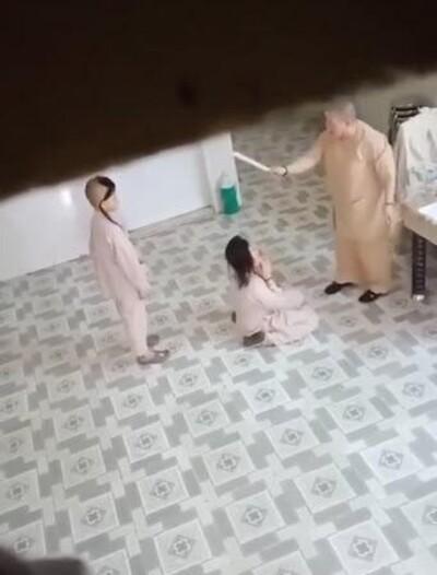 Clip sư cô chùa Long Nguyên đánh tiểu ni dã man: 'Nhớ những gì sư phụ hành hạ nó nghe'