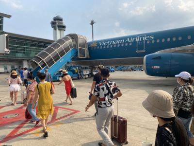Nữ hành khách tử vong do ngã từ xe thang máy bay xuống đất ở sân bay Tân Sơn Nhất