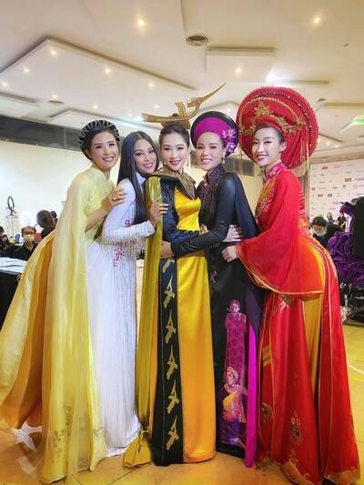 Bức ảnh hot nhất đêm qua: 5 Hoa hậu của thập kỷ hội tụ chung khung hình, 'thần tiên tỷ tỷ' Đặng Thu Thảo lu mờ cả dàn mỹ nhân