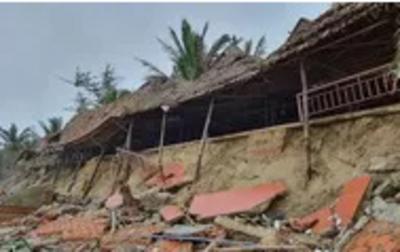 Clip: Hàng chục nhà hàng ven biển bị sóng đánh tan hoang