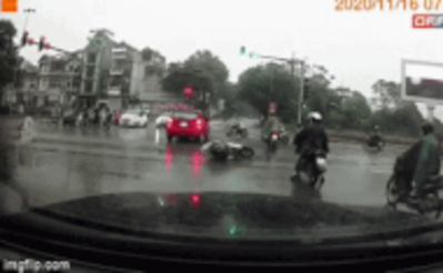 Clip: Pha trượt dài đầy đau thương của cô gái giữa ngã tư phố Hà Nội, nguyên nhân 'chỉ vì cái phanh'