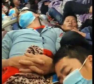 CLIP: Xe giường nằm 44 chỗ nhồi khách kín cả đường luồn xe, 3-4 người/giường, lưu thông qua hàng loạt tỉnh thành