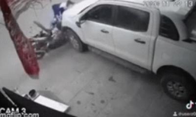 Clip: Thanh niên phóng bạt mạng, đâm vỡ đuôi bán tải, đứa trẻ thoát nạn trong tích tắc