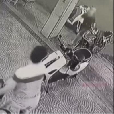 Clip: Hỏi thăm đường không được, nam thanh niên đi SH mở cốp xe lấy dao, hung hăng đuổi nhân viên quán chè