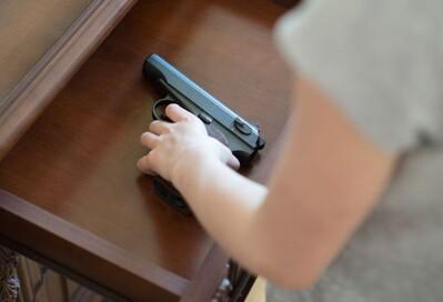 Nhặt được khẩu súng đã nạp đạn, đứa trẻ mới chập chững biết đi gây tai họa