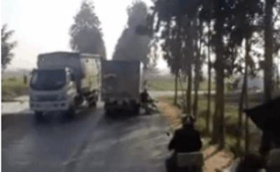 CLIP: Lao vào xe máy để tranh đường, tài xế ô tô tải có hành động gây phẫn nộ ngay sau đó