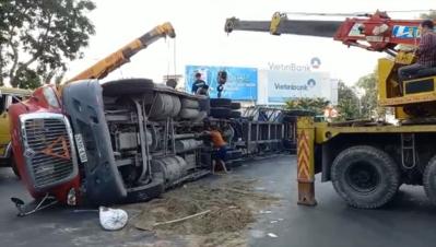 Xe container lật ngay vòng xoay, giao thông trung tâm TP.HCM rối loạn