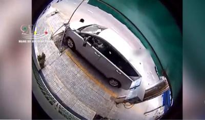 Clip: Ô tô 7 chỗ mất lái đâm nát xe máy khiến 1 người tử vong, 1 người bị thương nặng