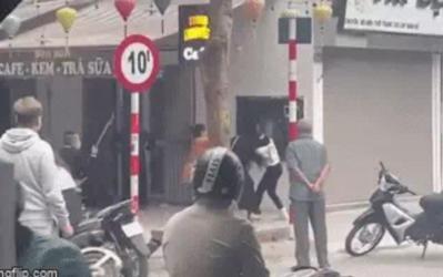 Hà Nội: Điều tra vụ 2 cô gái túm tóc đánh nhau, 2 thanh niên cầm phóng lợn xông vào vụt túi bụi