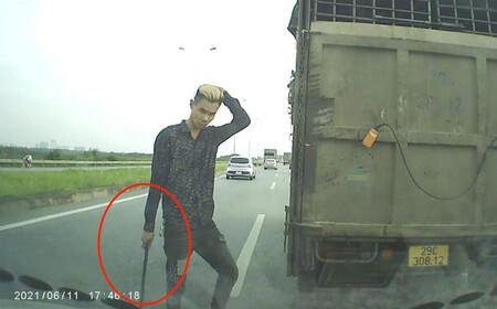 Lái xe tải tạt đầu xe con, cầm gậy xuống 'nói chuyện' bị xử phạt