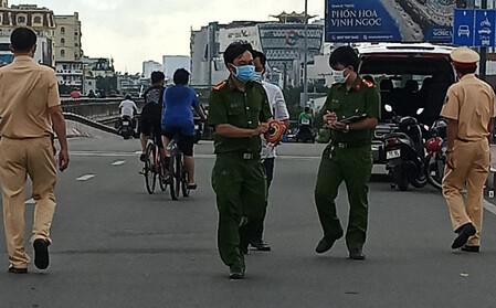 Người đàn ông đội mũ Gojek tử vong trên cầu Bình Lợi, dưới đường phát hiện nhiều vết cày xước
