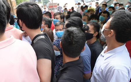 Hà Nội: 'Biển' người chen lấn nghẹt thở chờ xét nghiệm, test nhanh Covid-19