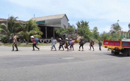 Không việc, không tiền, không phương tiện, 30 người đi bộ từ Bình Định về Quảng Ngãi