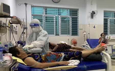 Nữ điều dưỡng tại TP HCM: Không ăn uống, không đi vệ sinh suốt hơn 7 tiếng trực, người ướt sũng, tay nhăn nheo vì nóng