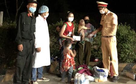 Đi xe máy từ Bình Dương về Nghệ An tránh dịch, 2 ông chồng 'bỏ quên' vợ con tại Huế