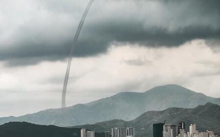 3 vòi rồng cùng lúc xuất hiện trên vịnh Nha Trang, hút nước biển lên cao hàng trăm mét
