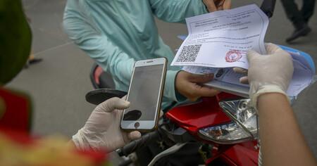 Hà Nội: Kiểm tra giấy đi đường có mã QR, phát hiện giấy tự viết tay kiểm tra ra tên người khác