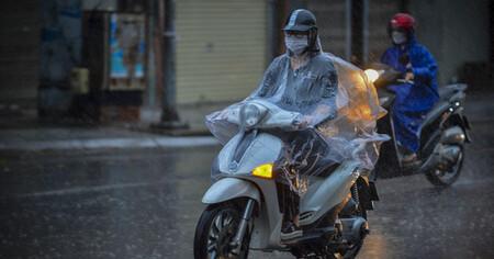 Hà Nội mưa lớn, 8h sáng nhưng trời vẫn 'tối sầm'