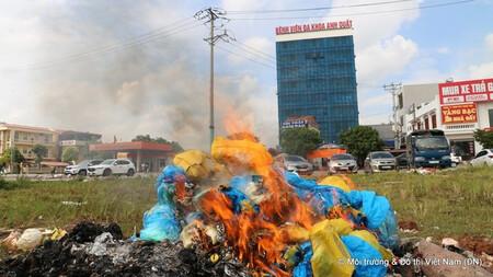 Bệnh viện Anh Quất ngang nhiên đốt rác thải y tế gần cổng cơ quan công quyền huyện Tân Yên