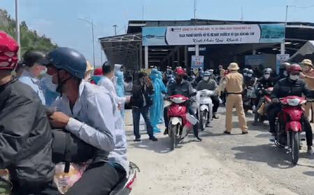 Bí thư Đà Nẵng đến hầm Hải Vân, phát tiền hỗ trợ cho người dân về quê