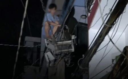Người đàn ông nghi ngáo đá leo lên cột điện gần 10m rồi rơi tự do xuống đất