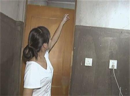 Bị phát hiện nhìn trộm hàng xóm nữ tắm, gã đàn ông làm một việc bất ngờ gây tranh cãi
