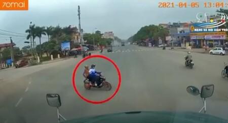 Vượt đèn đỏ, hai bà cháu đi xe đạp điện bị xe tải tông trúng