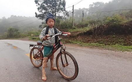 Xúc động câu chuyện bé trai lớp 1 đạp xe gần 1 tiếng dưới trời mưa, đường lầy lội bùn đất đến trường