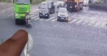 Điều khiển xe máy 'dắt mũi' xe tải, hai người bị nuốt trọn vào gầm nhưng hình ảnh cuối cùng mới là điều bất ngờ