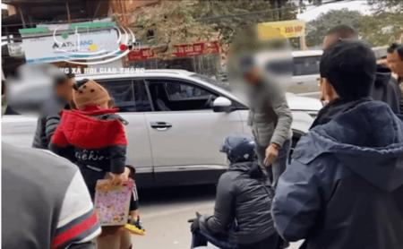 Chạy ẩu khiến bà cô ngã sõng soài, tài xế người Hàn tỏ vẻ khó chịu liền bị người dân 'quây' tại chỗ