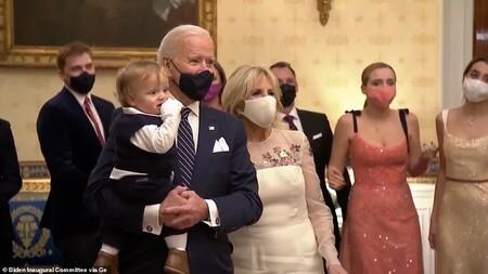Clip: Tổng thống Joe Biden bế cháu trai nhảy theo nhạc tại Nhà Trắng
