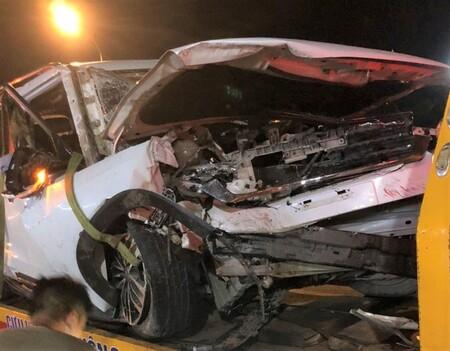 Clip: Vào cua, ô tô đâm trúng vách đá trên đèo, xe dựng ngược khiến 4 người thương vong