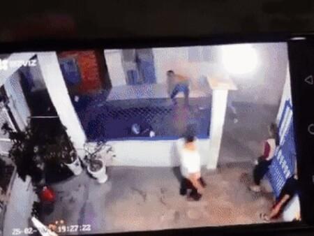 Clip: Người phụ nữ bất ngờ bị tưới xăng thiêu sống, ngọn lửa ngùn ngụt khiến tất cả kinh hãi