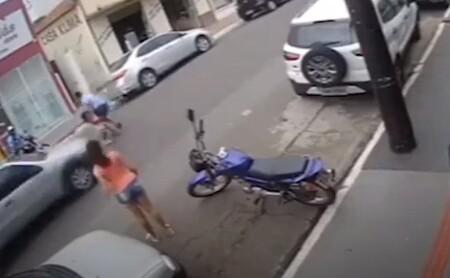 CLIP: Bé gái lao qua đường không quan sát suýt bị ô tô tông, phản ứng của anh trai được ví là 'người hùng'