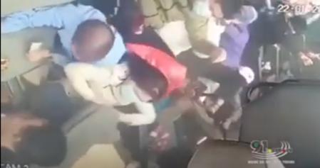 Thót tim khoảnh khắc xe buýt lật kinh hoàng, hành khách đổ ào về một bên hoảng loạn kêu cứu