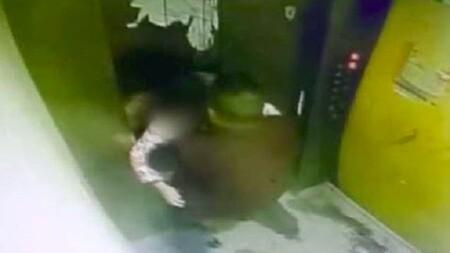 Người đàn ông trung niên sàm sỡ bé gái trong thang máy, hành động sau cùng càng gây phẫn nộ