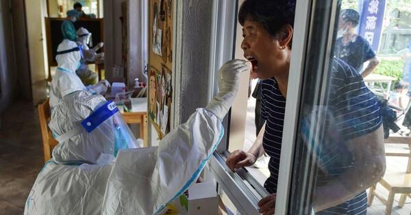 Có tỉ lệ tiêm vaccine cao hàng đầu: Tại sao Bắc Kinh vẫn 'phòng thủ bằng mọi giá', chặn tàu xe từ nơi có dịch?