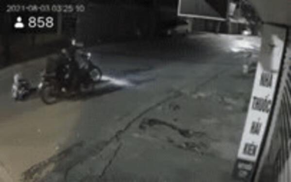 Clip: Nữ lao công ở Hà Nội khóc nức nở trong đêm vì bị 4 đối tượng chặn đường, cướp xe khi đi làm